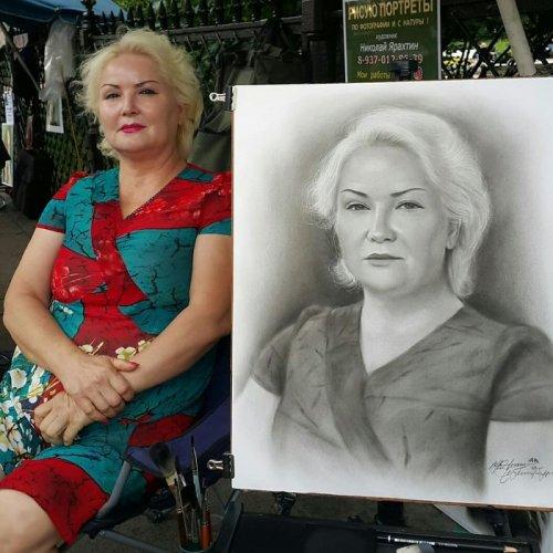 Уличный художник пишет очень реалистичные портреты Практически каждый из нас видел уличных художников, рисующих прохожих и делающих их фотореалистичные портреты. И хотя эти художники могут быть