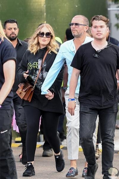 Адель заметили на прогулке с новым мужчиной спустя два месяца после развода