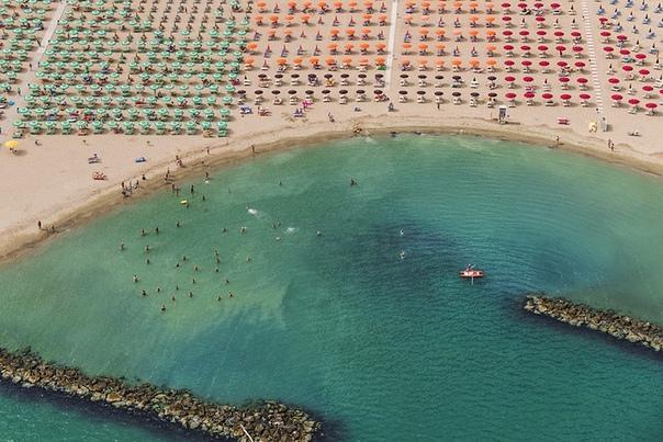 Пляжи Адриатического побережья с высоты птичьего полёта в аэрофотографиях Бернхарда Ланга «Вид с высоты птичьего полёта показывает, что мы всего лишь маленькие существа, не настолько важные как