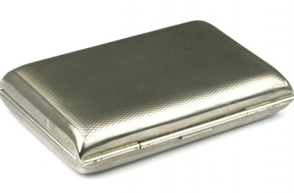 Чемоданчик медика. На фото изготовленный примерно в 1930-х годах алюминиевый медицинский чемоданчик, содержащий флаконы с фармакологически активными веществами для подкожных инъекций: стрихнина