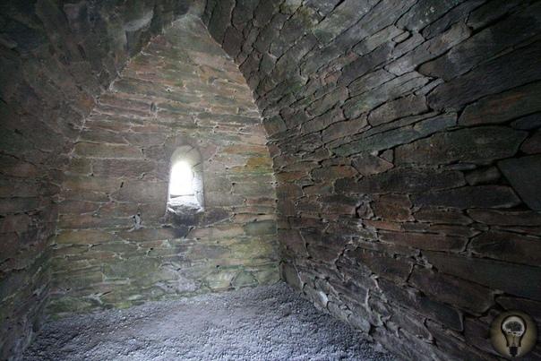 Оратория Галларус Оратория Галларус (ирл. Séipéilín Ghallarais, «Церковь места иностранцев») оратория, христианская церковь, расположенная на западной оконечности полуострова Дингл, в ирландском