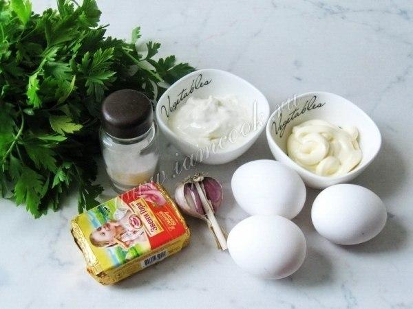 Рулет яичный с сыром и крабовыми палочками.