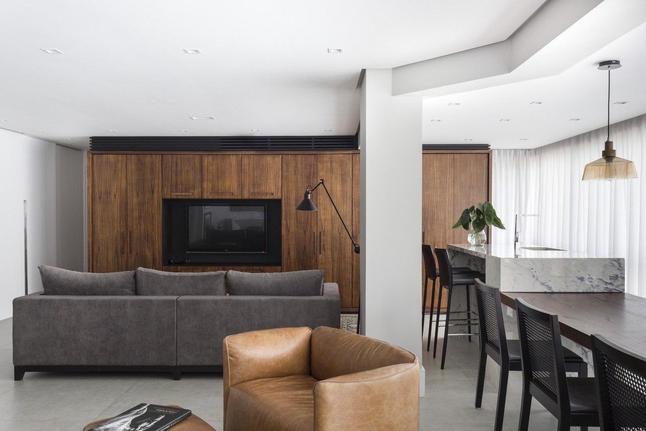 Дорогой интерьер аппартаментов с использованием натуральных материалов, таким как белый итальянский мрамор и бразильское дерево, которые стали главными «героями» в создании уютной, элегантной и функциональной атмосферы.