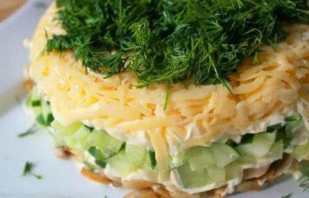 Готовим дома. Слоёный салат с селедкой, свежим огурцом и сыром.