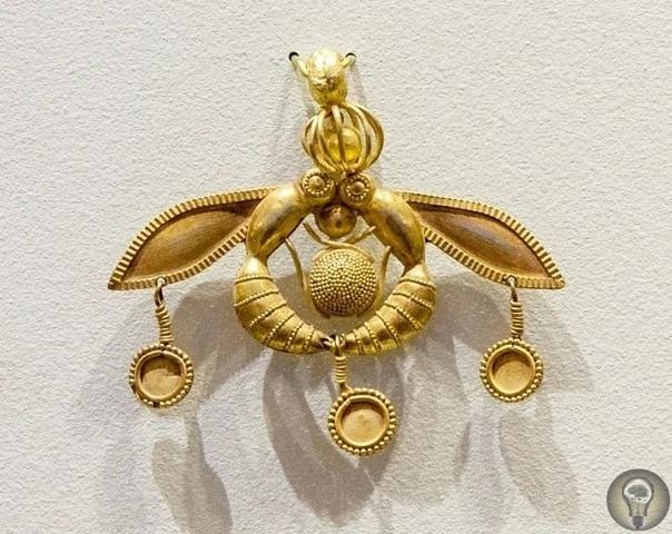 Минойские пчелы - Уникальный артефакт, обработку которого сложно объяснить примитивными инструментами Находится артефакт в музее Ираклиона, как и другие находки, наиболее известная их таких -