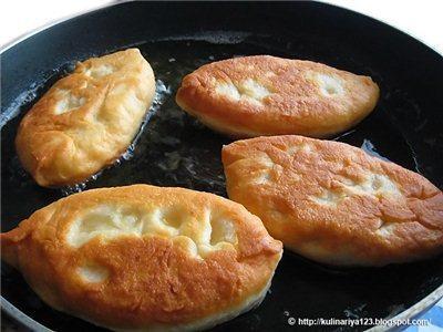 Жареные дрожжевые пирожки с картошкой.