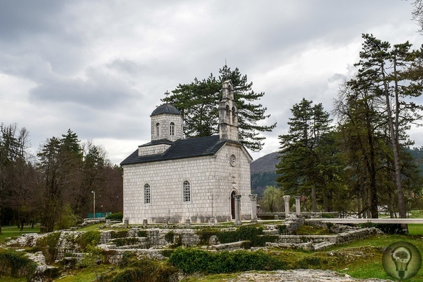 ЧЕРНОГОРИЯ. ЦЕТИНЕ Наутро второго дня нашего пребывания в Черногории погода изменилась: с моря пришла низкая облачность и вот-вот, кажется, начнет накрапывать дождь. Похоже, ярких фотоснимков