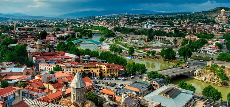 В Алматы средь бела дня убили человека, вступившего за мужчи