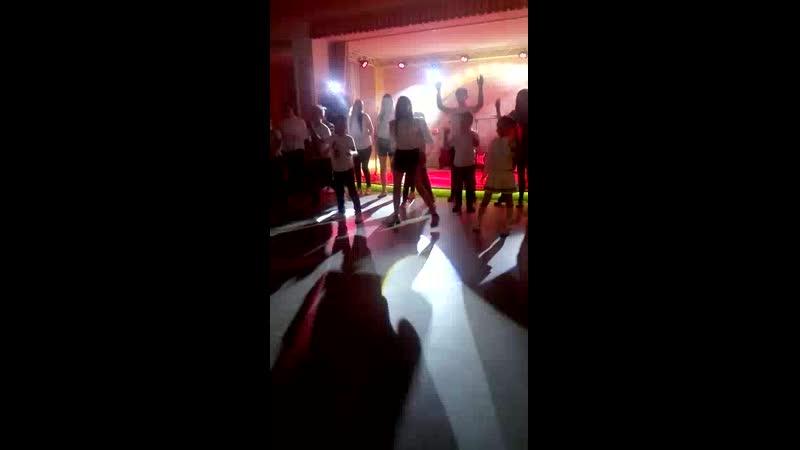 Все танцуют