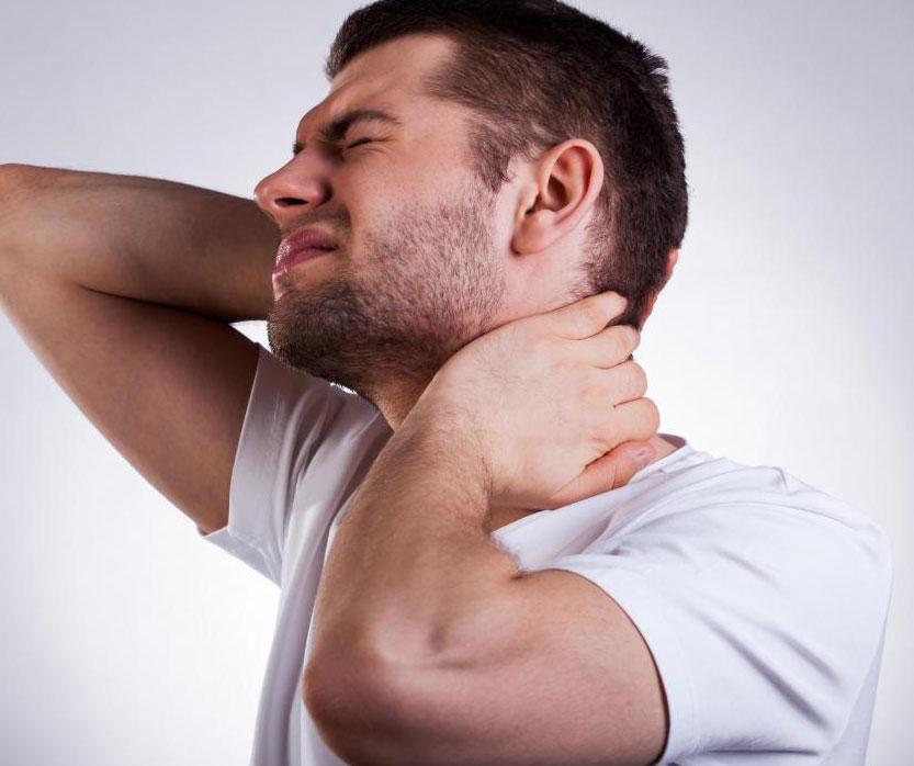 Рак челюстной кости может вызвать боль, которая распространяется в шею.