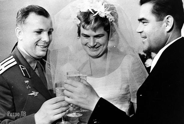 Юрий Гагарин на свадьбе Терешковой. 1963 год.