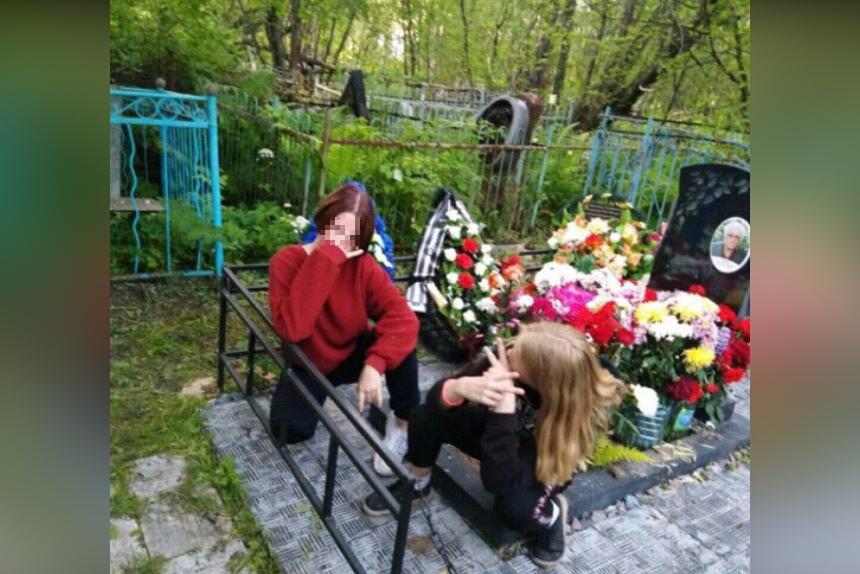 Вандальную фотосессию с крестами устроили подростки на кладбище в Лобне