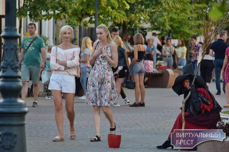 Воскресный вечер на Советской в Бресте: в город ринулись туристы