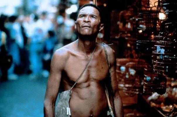 КАК СЛОЖИЛАСЬ ЖИЗНЬ БУШМЕНА НКЪХАУ, КОТОРЫЙ СЫГРАЛ ГЛАВНУЮ РОЛЬ В ФИЛЬМЕ «НАВЕРНОЕ БОГИ СОШЛИ СУМА» Будущий актер Нкъхау родился в Намибии в бушменском поселке Цумкве. Он не знал, сколько ему