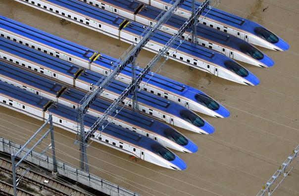 Железнодорожный парк сверхскоростного пассажирского экспресса Синкансэн затоплен из-за проливных дождей, вызванных тайфуном «Хагибис» Нагано, Япония. Тайфун «Хагибис» обрушился на Японию в