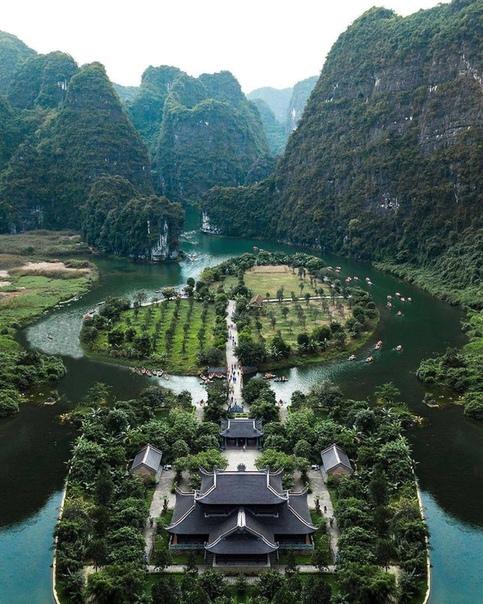Остров-сад у храма, Ниньбинь, Вьетнам