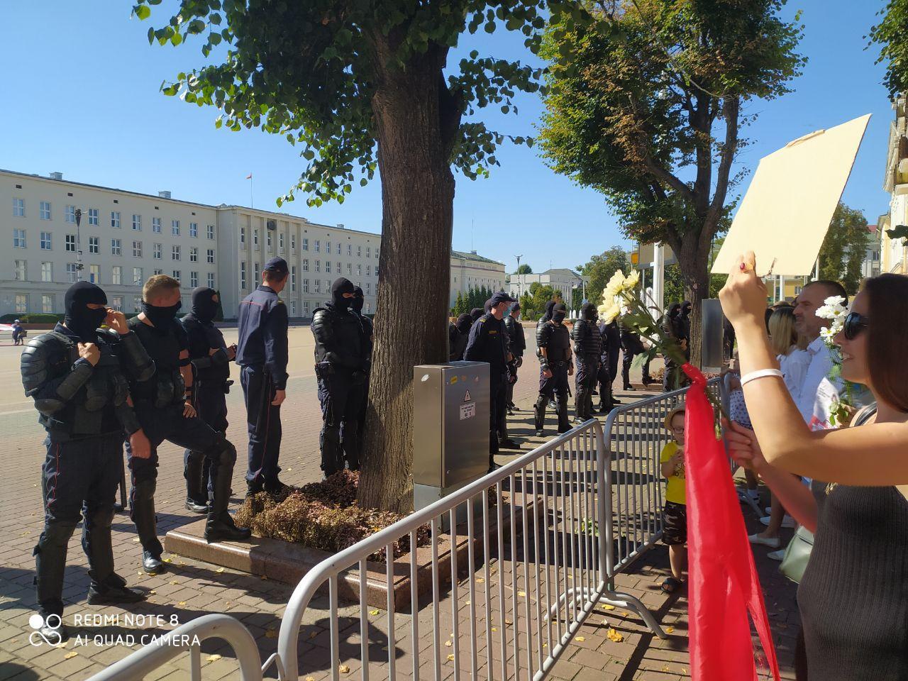 """На пл. Ленина никого не пускают - там стоят те самые ОМОН-""""космонавты"""" в полной аммуниции"""