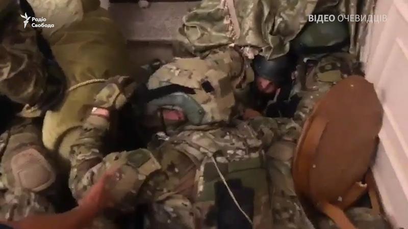 🇺🇦 Спецназ у заручниках – відео очевидців зсередини будинку Атамбаєва <РадіоСвобода>