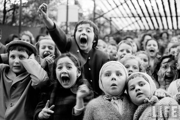 Дети смотрят пьесу «Святой Георгий и дракон» в кукольном театре (Париж, 1963 год)