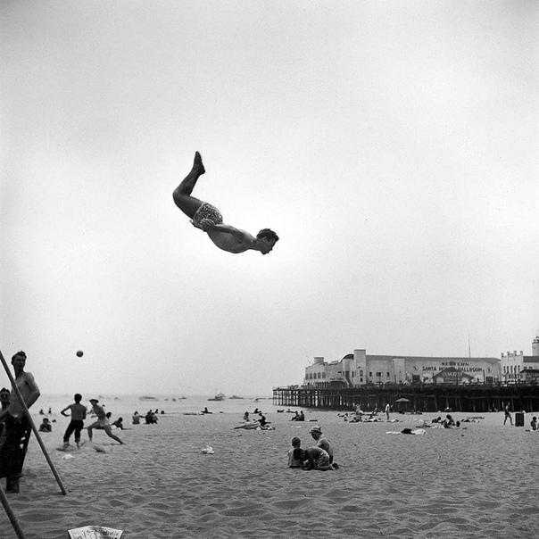 Мужчина спрыгнул с трамплина на пляже Санта-Моники (Калифорния, 1948 год)