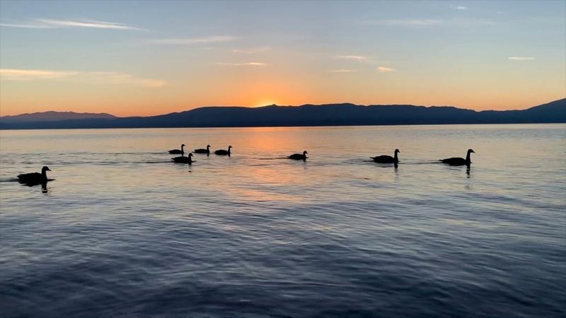 Озеро Тахо в 5 часов утра, Калифорния. Beautiful Lake Tahoe at 5AM in the morning.