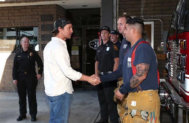 Мэттью Макконахи отблагодарил пожарных Калифорнии вкусным обедом