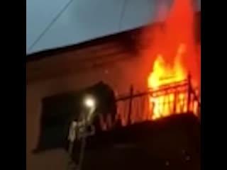 В ночь на 1 июля питерский пожарный спас девушку — он закрыл её своим телом от огня