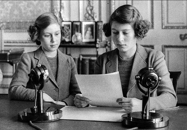 Принцессы Елизавета и Маргарет зачитывают обращение к детям Англии (1940 год).