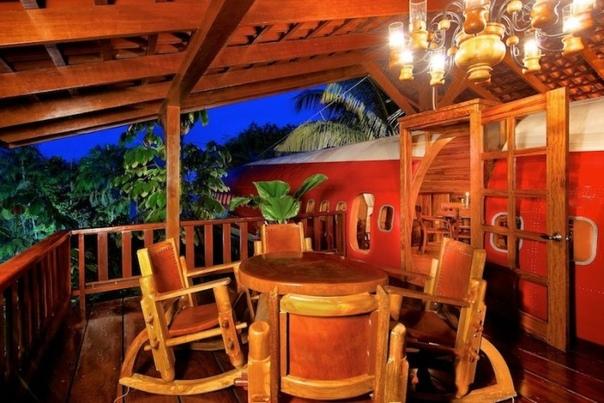 Самолет-гостиница в сердце джунглей Коста-Рики В Коста-Рике имеется безупречное место для фанатов авиации и необычного досуга гостиница, размещенная в самом что ни на есть реальном самолете