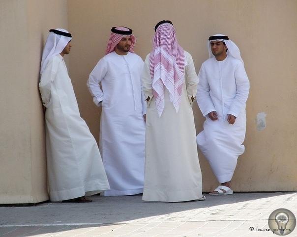 ВО ЧТО ОДЕТЫ АРАБСКИЕ ШЕЙХИ 1. Халат Начнем с главной одежды, которую традиционно носят арабы всех стран, хоть и называют ее по разному. Дишдаша (Ирак, Иран, Оман, Кувейт) она же кандура (ОАЭ)