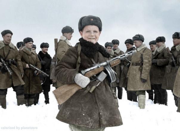 15-летний разведчик Вова Егоров с бойцами своего подразделения, 1942 год