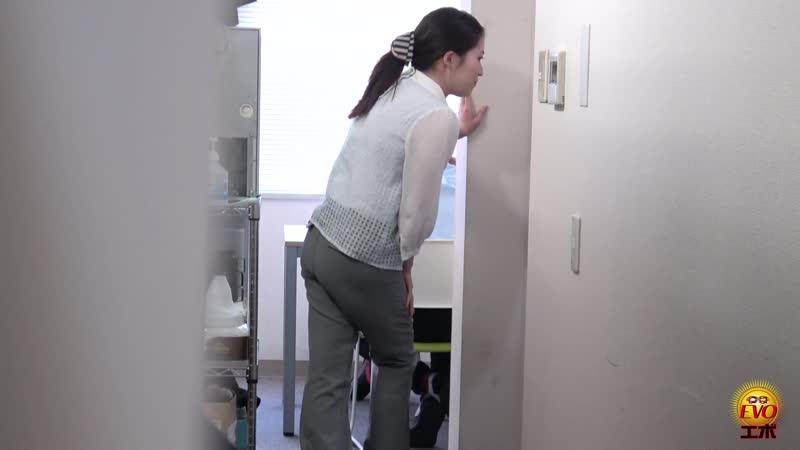 Desperate OL pees in her pants