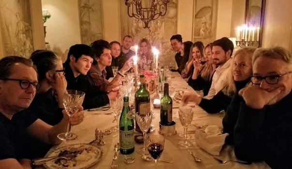 Дэвид Финчер, Гари Олдман и вся производственная команда «Манка» собрались отпраздновать Рождество