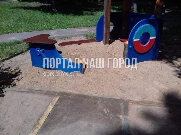 Песочницу во дворе на Окской наполнили свежим песком