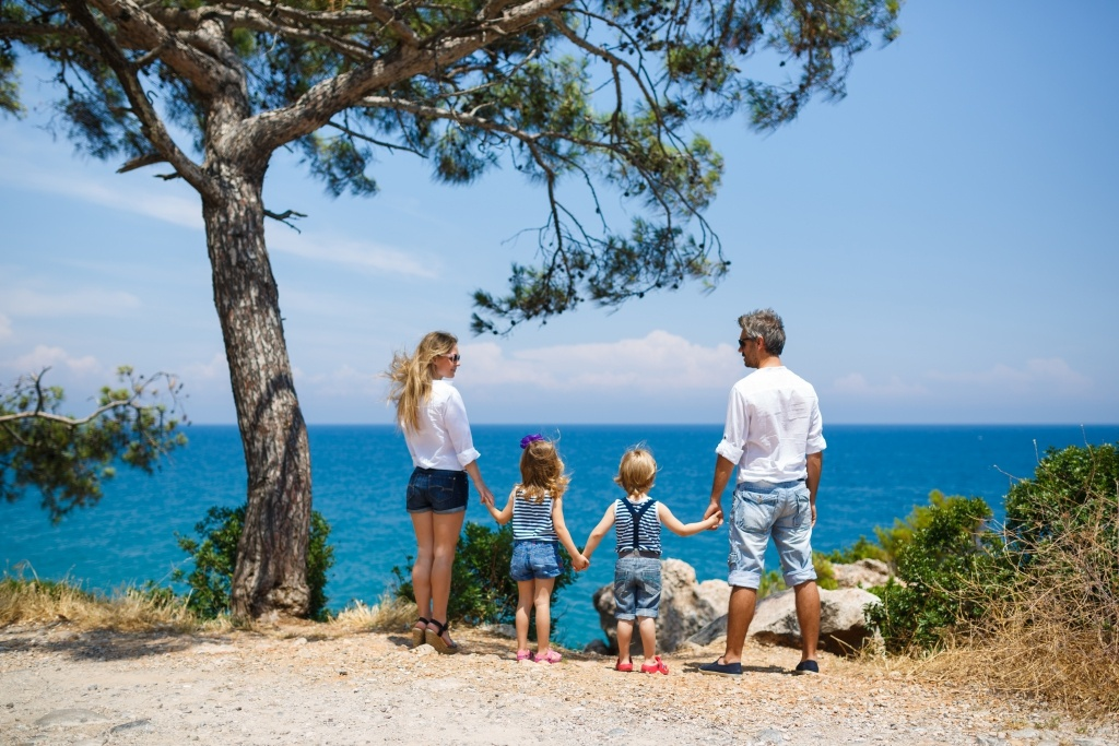 Семья с ребёнком на берегу Черного моря в Крыму