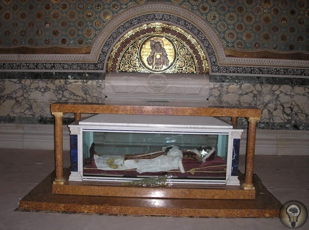 Нетленные Среди святых Католической Церкви встречаются такие, чьи тела до сих пор сохраняются нетленными. Это явление до сих пор не объяснено в научном кругу. Для доступа паломников нетленных