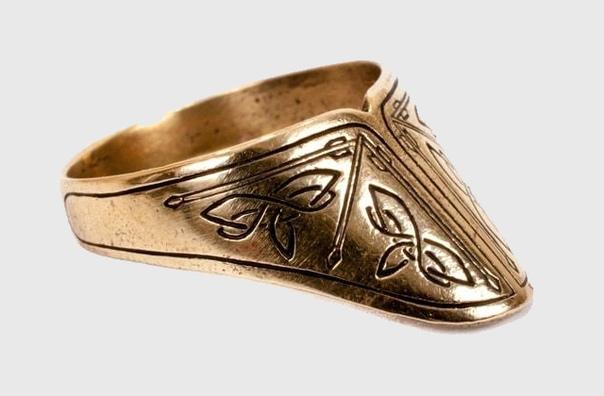 Кольцо лучника Люди стали носить кольца в эпоху палеолита, которая началась 2,6 млн лет назад и продолжалась до 10 000 лет до н. э. Но если женщины использовали их в качестве украшений, для