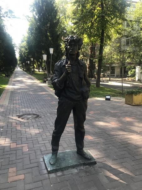 Памятник Виктору Цою в Алма-Ате. В городе снимался культовый фильм «Игла», и именно на этом месте в конце картины героя Цоя бьют