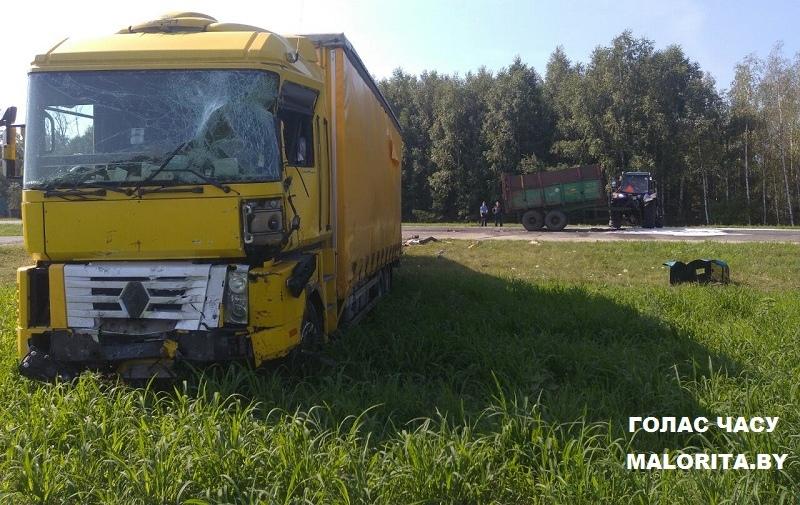 Опубликовано видео, как фура протаранила трактор на малоритской трассе