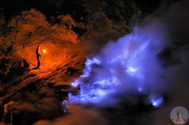 Необычный вулкан с голубой лавой. Чтобы увидеть что-то совершенно необычное и завораживающее, нам необходимо отправится в Индонезию на остров Ява, где расположен вулкан Иджен (Gunung Ijen). Это