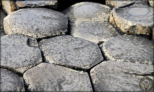 Обнаженная история Земли Дорога гигантов Это место расположено в Северной Ирландии на берегу Атлантического океана примерно в 17-ти километрах к северу от города Колрейн. В 1986 году «Дорога