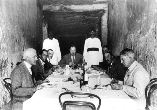 Это фото было сделано во время экспедиции Картера в далеком 1923 году в гробнице фараона Рамсеса XI Как вы можете видеть, археологи ничуть не смущались и обедали прямо внутри древнего памятника