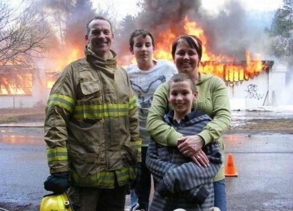 Американские пожарные сделали селфи на фоне горящего дома