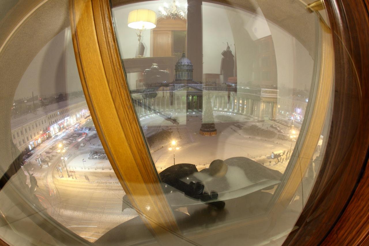 Отражение в окне кабинета заместителя П.Дурова.