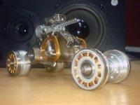 автомобильчик. полностью сделан из запчастей от компьютерных жестких дисков.  Этот.