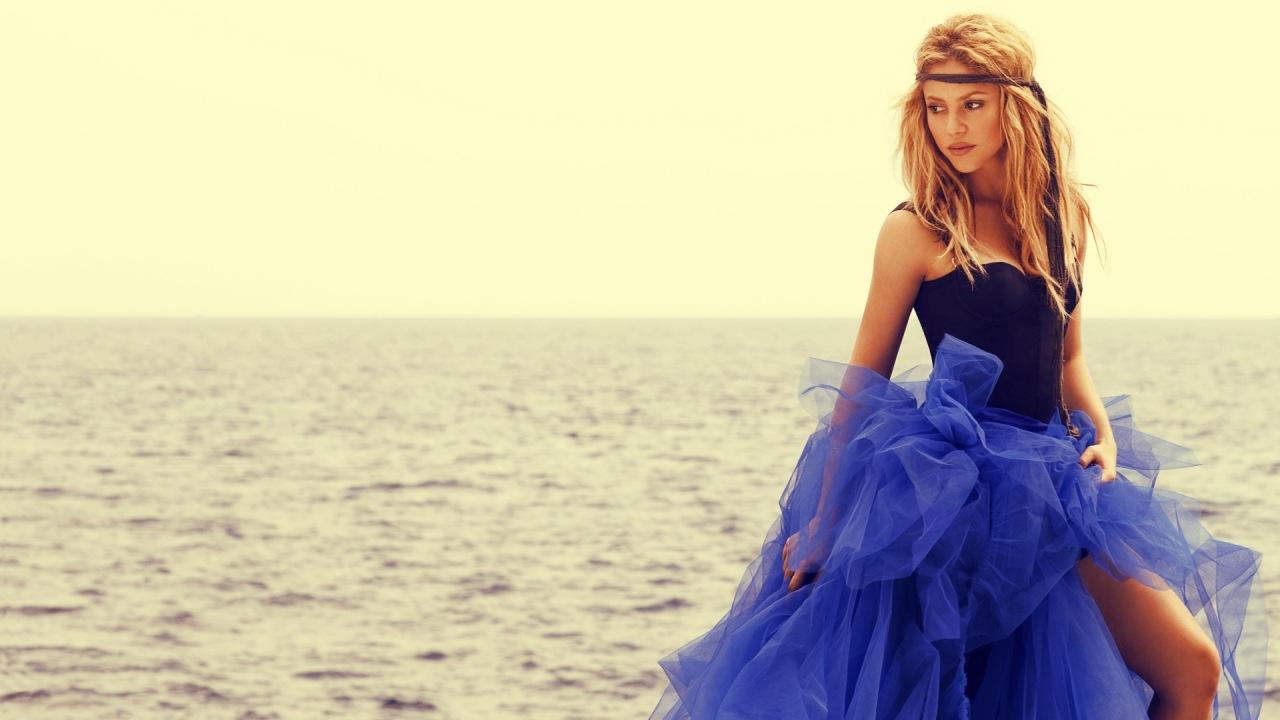 В платье красивого цвета текст 11