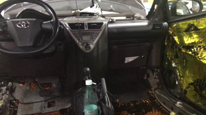 Toyota iQ Айкью шумоизоляция Несколько слоев сверкающей вибры и мягкой шумки положили ей в салон