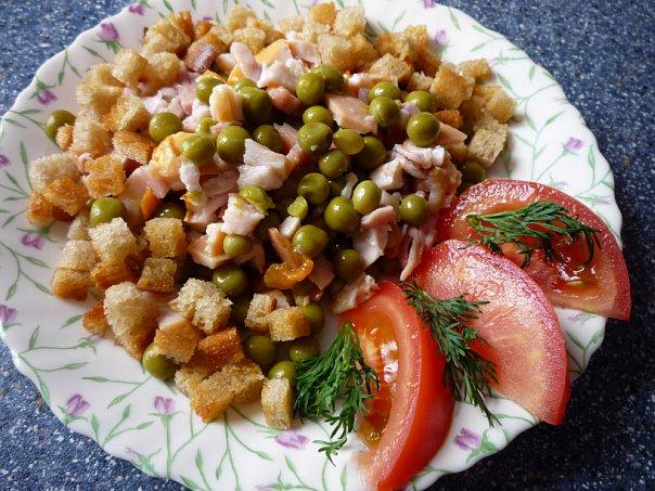 Салат с сухариками и зеленым горошком рецепт с