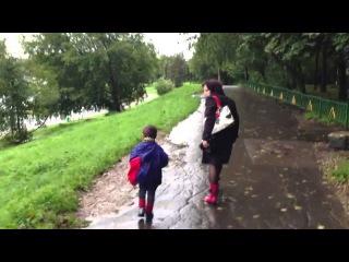 Видио прикол. Мать избивает мальчика на улице в Москве