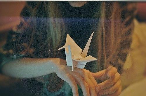 кораблик паперовий на руці